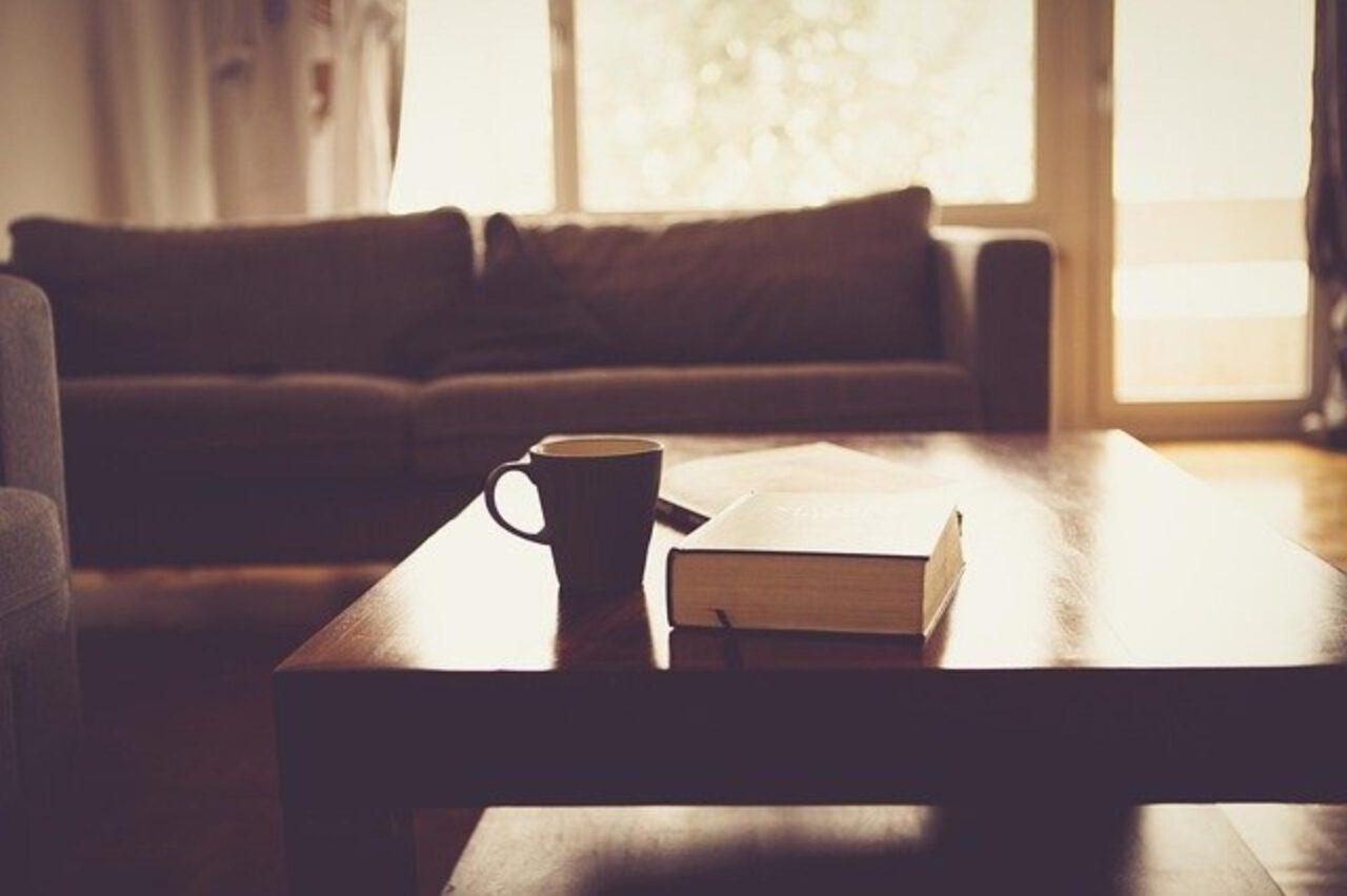 Wyposażenie mieszkania – ława kawowa do salonu