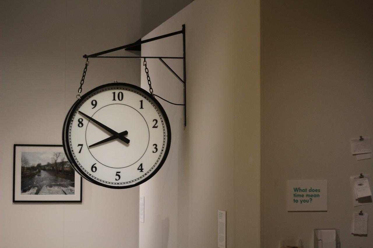 Jak wybrać praktyczny i elegancki zegar na ścianę do mieszkania?